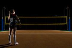 Giocatore di pallavolo femminile che sta con la palla di pallavolo Fotografia Stock Libera da Diritti