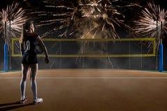 Giocatore di pallavolo femminile che sta con la palla di pallavolo Immagini Stock Libere da Diritti