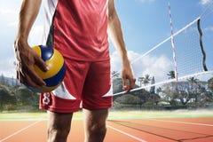 Giocatore di pallavolo professionale con la palla sulla corte Immagine Stock
