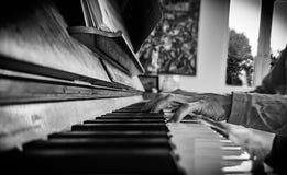 Giocatore di piano nel nero e con il primo piano fotografia stock libera da diritti