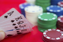 Giocatore di poker che tiene 10 alla vampata diritta della vanga di Ace dei poker Fotografia Stock Libera da Diritti