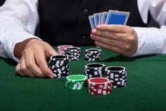 Giocatore di poker circa per disporre una scommessa Fotografie Stock