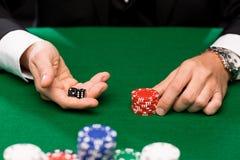 Giocatore di poker con i dadi ed i chip al casinò Fotografia Stock Libera da Diritti