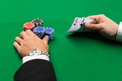 Giocatore di poker con le carte ed i chip al casinò Immagini Stock Libere da Diritti