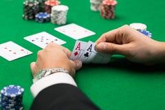 Giocatore di poker con le carte ed i chip al casinò Immagine Stock Libera da Diritti
