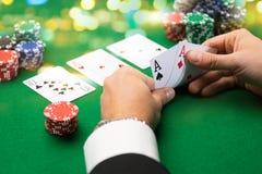 Giocatore di poker con le carte ed i chip al casinò Fotografie Stock Libere da Diritti