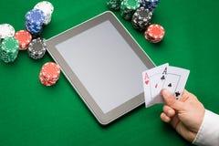 Giocatore di poker del casinò con le carte, la compressa ed i chip Immagini Stock Libere da Diritti
