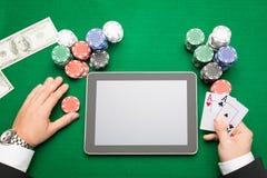 Giocatore di poker del casinò con le carte, la compressa ed i chip Immagine Stock Libera da Diritti