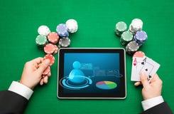 Giocatore di poker del casinò con le carte, la compressa ed i chip Fotografia Stock Libera da Diritti