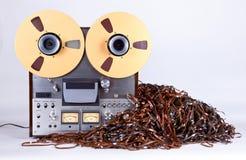 Giocatore di registratore aperto della piastra di registrazione della bobina con nastro adesivo impigliato sudicio Immagini Stock Libere da Diritti