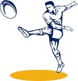 Giocatore di rugby che dà dei calci alla sfera Immagine Stock