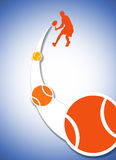 Giocatore di tennis nell'azione con la sfera Immagini Stock Libere da Diritti