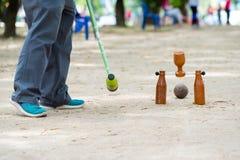 Giocatore di Woodball sul campo con il portone ed il bastone del woodball sul competi fotografie stock