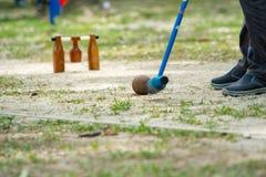 Giocatore di Woodball sul campo con il portone ed il bastone del woodball sul competi immagini stock libere da diritti