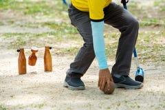 Giocatore di Woodball sul campo con il portone ed il bastone del woodball sul competi fotografia stock