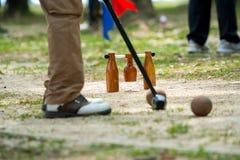 Giocatore di Woodball sul campo con il portone ed il bastone del woodball sul competi fotografie stock libere da diritti