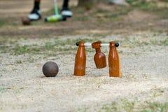 Giocatore di Woodball sul campo con il portone ed il bastone del woodball sul competi immagini stock