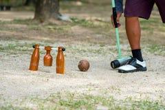 Giocatore di Woodball sul campo con il portone ed il bastone del woodball sul competi immagine stock libera da diritti