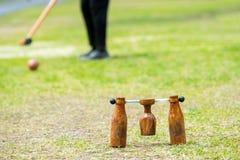Giocatore di Woodball sul campo con il portone ed il bastone del woodball sul competi immagine stock