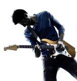 Giocatore elettrico del chitarrista dell'uomo che gioca siluetta fotografia stock libera da diritti