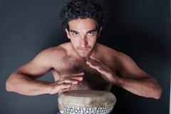 Giocatore entusiastico del tamburo Fotografia Stock