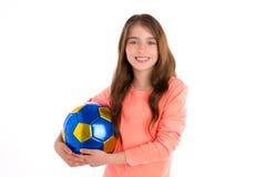 Giocatore felice della ragazza del bambino di calcio di calcio con la palla Immagini Stock