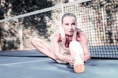Giocatore femminile attivo ispirato che impedisce i traumi di sport fotografia stock