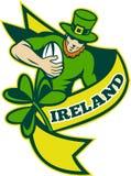 Giocatore irlandese di rugby che funziona con la sfera Fotografia Stock