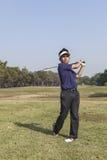 Giocatore maschio del giocatore di golf che colloca sul tee fuori dalla palla da golf dalla scatola del T immagini stock libere da diritti