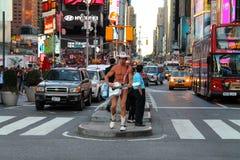Giocatore nudo di Guitar del cowboy in via di Manhattan, quadrato di tempo, New York City, U.S.A. Fotografia Stock