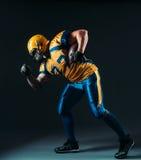Giocatore offensivo di football americano con la palla Fotografia Stock