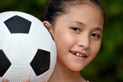 Giocatore sorridente di Filipina Teen Athlete Female Soccer con pallone da calcio immagine stock libera da diritti
