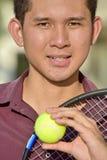 Giocatore sorridente di Filipino Male Tennis dell'atleta con la racchetta di tennis fotografie stock libere da diritti