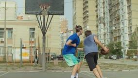 Giocatori adolescenti dello streetball che giocano uno su un gioco