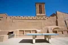 Giocatori aspettanti della tavola da ping-pong sulla corte alle pareti medievali Immagine Stock Libera da Diritti