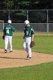 Giocatori di baseball che aspettano gioco per cominciare. Fotografia Stock