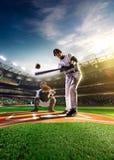 Giocatori di baseball professionisti sulla grande arena fotografie stock libere da diritti