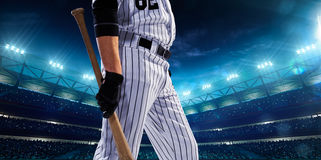 Giocatori di baseball professionisti sulla grande arena di notte fotografia stock libera da diritti