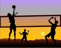 Giocatori di beach volley al tramonto - siluetta Immagini Stock Libere da Diritti