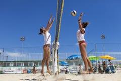 Giocatori di beach volley delle donne Attacco e difesa Immagini Stock