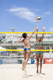 Giocatori di beach volley delle donne Attacco e difesa Immagine Stock