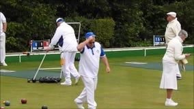 Giocatori di club lancianti all'aperto senior che giocano la gente più anziana di salute di forma fisica delle ciotole di verde d video d archivio