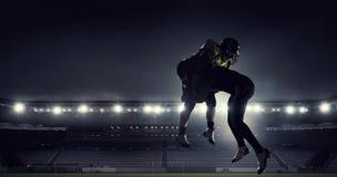 Giocatori di football americano all'arena Media misti fotografia stock libera da diritti