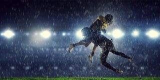 Giocatori di football americano all'arena Media misti immagini stock libere da diritti