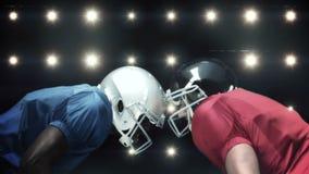 Giocatori di football americano contro lampeggiante video d archivio