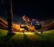 Giocatori di football americano nell'azione sulla grande arena fotografia stock libera da diritti