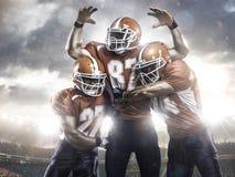 Giocatori di football americano nell'azione sullo stadio Fotografia Stock Libera da Diritti