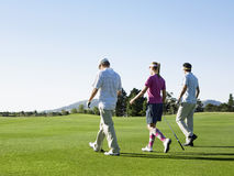 Giocatori di golf che camminano sul campo da golf Immagine Stock Libera da Diritti
