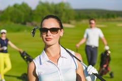 Giocatori di golf degli amici che giocano golf fotografie stock
