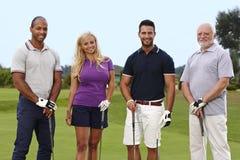 Giocatori di golf felici sul verde Immagine Stock